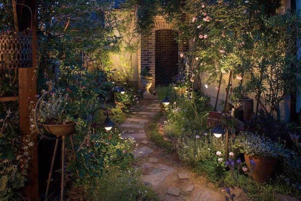 Cách chọn đèn sân vườn để làm bừng sáng khu vườn của bạn